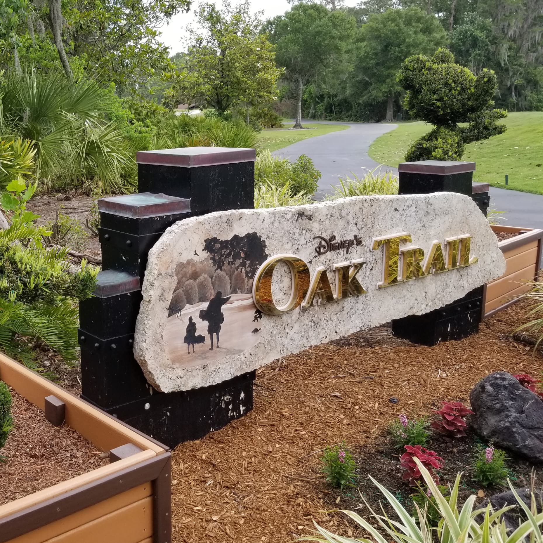 ゴルフカートの道の横にある「Disney's Oak Trail」という看板