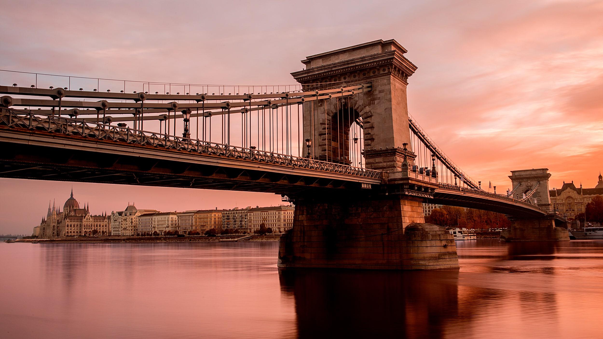 ハンガリー、ブダペストの大きな吊り橋