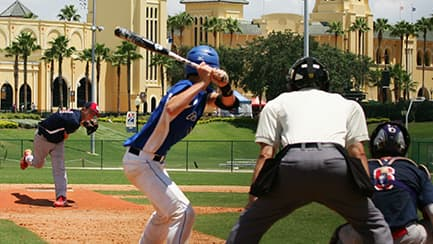 Un jugador de béisbol lanza la pelota al bateador